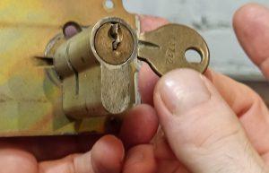 Wie entfernt man einen abgebrochenen Schlüssel aus dem Schließzylinder