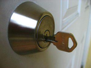 Wie öffne ich die Tür, wenn das Schloss blockiert ist?